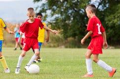 Ягнит футбол футбола - игроки детей соответствуют на футбольном поле Стоковое Изображение