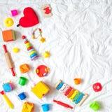 Ягнит яркая красочная рамка игрушек на белой предпосылке Взгляд сверху Плоское положение Скопируйте космос для текста стоковое фото