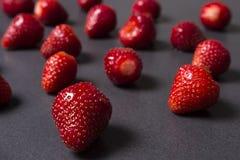 Ягоды зрелых красных клубник на черной предпосылке Стоковая Фотография