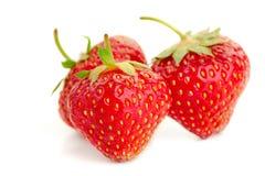 3 ягоды зрелых сочных клубник на белой таблице Стоковое фото RF