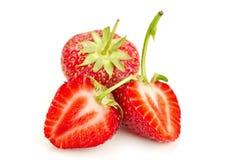 3 ягоды зрелых сочных клубник на белой таблице Стоковые Изображения