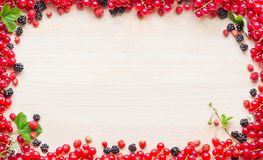 Ягоды на доске стоковое фото