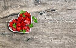 Ягоды плодоовощей еды предпосылки сердца клубник деревянные стоковое изображение rf