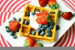 ягоды покрыли waffle Стоковое фото RF