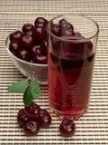 Ягоды вишни и сока на салфетке Стоковые Изображения