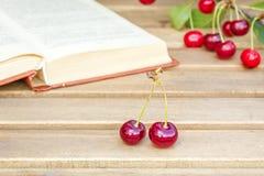 2 ягоды вишни на деревянном столе Стоковые Изображения