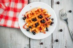 Ягоды лета бельгийских waffles i и ja смородины Стоковое Фото