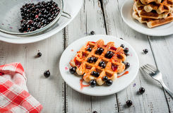 Ягоды лета бельгийских waffles i и ja смородины Стоковые Фотографии RF