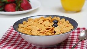 Ягоды завтрака падают вниз в шар с корнфлексами сток-видео