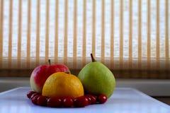 Ягоды лимона, яблока, груши и кизила на белом крупном плане подноса Стоковое Изображение