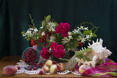 Ягоды и персики в разделе Стоковое Фото