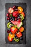 Ягоды и плодоовощи лета ассортимента свежие на черной плите шифера Стоковые Фото