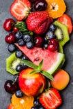 Ягоды и плодоовощи лета ассортимента свежие на черной плите шифера Стоковые Изображения