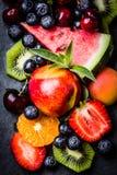 Ягоды и плодоовощи лета ассортимента свежие на черной плите шифера Стоковое Фото