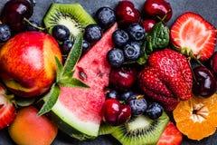 Ягоды и плодоовощи лета ассортимента свежие на черной плите шифера Стоковая Фотография