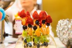 Ягоды и плодоовощ: клубники, мандарины, киви виноградин на s стоковая фотография