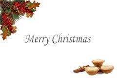 Ягоды конусов сосны бирки предпосылки рождества красные и всходить на борт праздничной гирляндой Стоковая Фотография RF