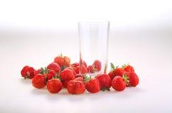 Ягоды красной зрелой клубники и прозрачного стекла на wh Стоковые Изображения RF
