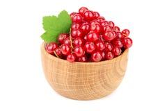 Ягоды красной смородины в деревянном шаре при лист изолированные на белой предпосылке Стоковая Фотография