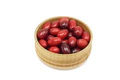 Ягоды, красный кизил в деревянном шаре Стоковые Изображения RF