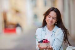 Ягоды купленные молодой женщиной в уличном рынке Плодоовощи ягод на женских руках Стоковые Изображения