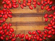 Ягоды плода шиповника на rerimetru деревянной доски Стоковые Фотографии RF