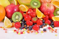 Ягоды, плодоовощи, витамины и питательные дополнения Стоковые Изображения RF
