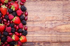 Ягоды, плодоовощ лета на деревянном столе уклад жизни принципиальной схемы здоровый Стоковая Фотография RF