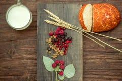 Ягоды хлеба одичалые и чашка молока Стоковое Изображение RF