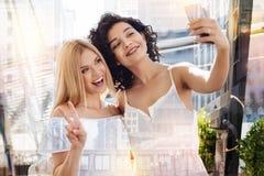 2 ядреных радостных женщины принимая фото Стоковая Фотография RF