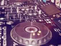 Ядровая смешивая деталь консоли, конец вверх Консоль музыки DJ профессиональная Широкоформатное фото черного регулятора ядрового  стоковое изображение rf