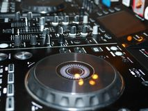 Ядровая смешивая деталь консоли, конец вверх Консоль музыки DJ профессиональная Широкоформатное фото черного регулятора ядрового  стоковые изображения