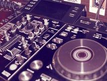 Ядровая смешивая деталь консоли, конец вверх Консоль музыки DJ профессиональная Широкоформатное фото черного регулятора ядрового  стоковые фотографии rf