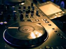 Ядровая смешивая деталь консоли, конец вверх Консоль музыки DJ профессиональная Широкоформатное фото черного регулятора ядрового  стоковое фото rf