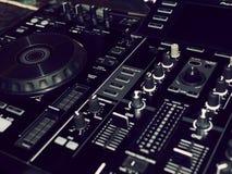 Ядровая смешивая деталь консоли, конец вверх Консоль музыки DJ профессиональная Широкоформатное фото черного регулятора ядрового  стоковое фото