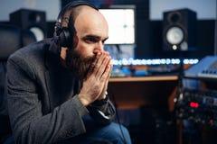 Ядровые производитель и певица, студия звукозаписи стоковая фотография rf