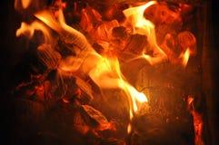 Языки пламени на горящих углях Стоковое Изображение