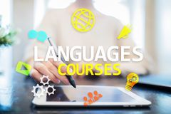 Языковые курсы, онлайн учить, английское shool, концепция обучения по Интернету на виртуальном экране стоковая фотография rf