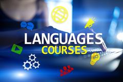Языковые курсы, онлайн учить, английское shool, концепция обучения по Интернету на виртуальном экране стоковая фотография