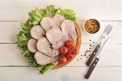 Язык говядины на диске с салатом выходит, томаты вишни Стоковая Фотография RF