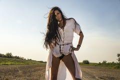 Языческая цыганская женщина на пакостной дороге стоковое изображение