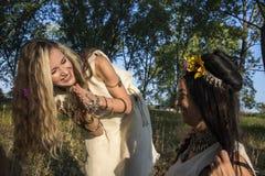 Языческие девушки в лесе имея потеху Стоковые Фото