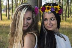Языческие девушки в лесе Стоковая Фотография
