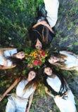 Языческие женщины лежа на траве Стоковые Фотографии RF