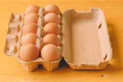 10 яичек в картонной коробке Стоковая Фотография
