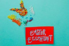 яичек пасхального яйца мальчика предпосылки hunt зеленого цвета травы милых свежий спрятанный изолировал искать белизну Стоковые Фото