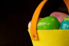 яичек пасхального яйца мальчика предпосылки hunt зеленого цвета травы милых свежий спрятанный изолировал искать белизну Стоковое Фото