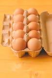 10 яичек цыпленка в картонной коробке Стоковая Фотография
