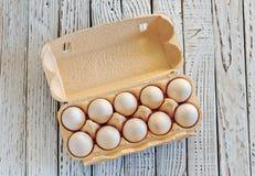 10 яичек цыпленка в картонной коробке Стоковые Фотографии RF