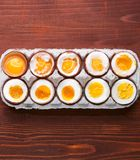 Яичка в разных степенях наличия в зависимости от времени кипя яичек стоковое изображение